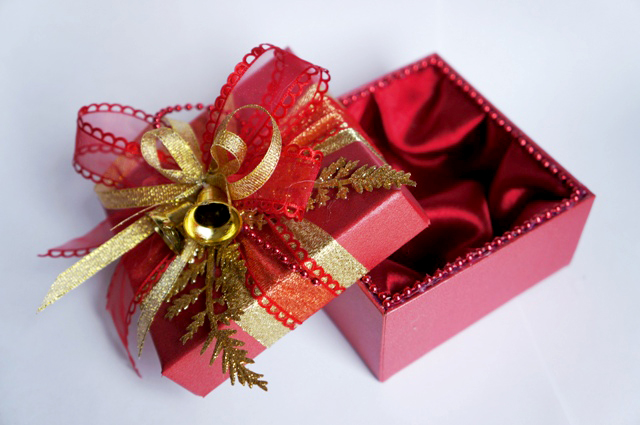 Оформить коробку для новогодних подарков своими руками